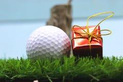Εύθυμα Χ ` γκολφ MAS σφαιρών και σημάδι καλής χρονιάς στην πράσινη χλόη Στοκ φωτογραφία με δικαίωμα ελεύθερης χρήσης