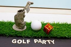 Εύθυμα Χ ` γκολφ MAS σφαιρών και σημάδι καλής χρονιάς στην πράσινη χλόη Στοκ εικόνες με δικαίωμα ελεύθερης χρήσης