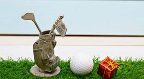 Εύθυμα Χ ` γκολφ MAS σφαιρών και σημάδι καλής χρονιάς στην πράσινη χλόη Στοκ Εικόνα