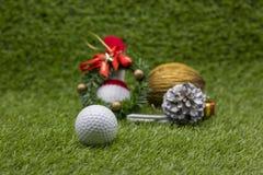Εύθυμα Χ ` γκολφ MAS σφαιρών και σημάδι καλής χρονιάς στην πράσινη χλόη Στοκ φωτογραφίες με δικαίωμα ελεύθερης χρήσης