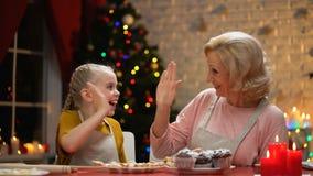 Εύθυμα grandma και κορίτσι που δίνουν υψηλός-πέντε, προετοιμασίες για τις διακοπές που τελειώνουν απόθεμα βίντεο