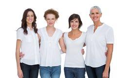 Εύθυμες γυναίκες που θέτουν με τις άσπρες κορυφές στοκ εικόνες
