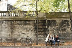 Εύθυμες γυναίκες σπουδαστές που κάθονται στον πάγκο με το δάσκαλο, lap-top, PA Στοκ φωτογραφίες με δικαίωμα ελεύθερης χρήσης