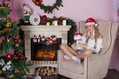 Εύθυμες διακοπές των Χριστουγέννων καλή χρονιά Συγχαρητήρια και δώρα Χριστούγεννα, στοκ φωτογραφίες με δικαίωμα ελεύθερης χρήσης