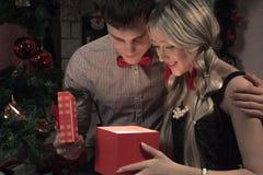 Εύθυμες διακοπές των Χριστουγέννων καλή χρονιά Συγχαρητήρια και δώρα Χριστούγεννα, στοκ εικόνα