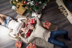Εύθυμες διακοπές των Χριστουγέννων καλή χρονιά Συγχαρητήρια και δώρα Χριστούγεννα, στοκ φωτογραφίες