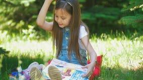 Εύθυμες εικόνες ζωγραφικής μικρών κοριτσιών με την γκουας στη χλόη στην ηλιόλουστη ημέρα απόθεμα βίντεο