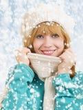εύθυμες ευτυχείς νεολαίες χειμερινών γυναικών πορτρέτου Στοκ Φωτογραφίες