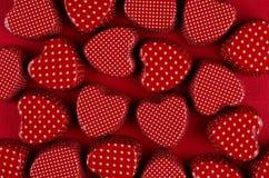 Εύθυμες κόκκινες καρδιές επάνω βαθιά - κόκκινο έγγραφο Υπόβαθρο ημέρας βαλεντίνων, σχέδιο Στοκ Φωτογραφία