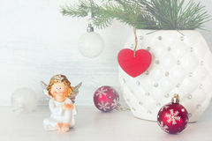 Εύθυμες σφαίρες αγγέλου και Χριστουγέννων Στοκ φωτογραφίες με δικαίωμα ελεύθερης χρήσης