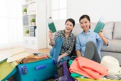 Εύθυμες όμορφες αδελφές που συσκευάζουν τις αποσκευές ταξιδιού Στοκ εικόνα με δικαίωμα ελεύθερης χρήσης