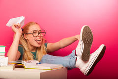 Εύθυμη, άτακτη μαθήτρια με μεγάλα eyeglasses που ρίχνει το έγγραφο α Στοκ φωτογραφία με δικαίωμα ελεύθερης χρήσης