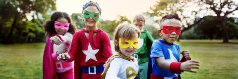 Εύθυμη έννοια διασκέδασης φαντασίας φιλοδοξίας παιδιών Superhero