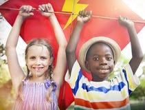 Εύθυμη έννοια ικτίνων πετάγματος ενότητας φιλίας παιδιών Στοκ Εικόνες
