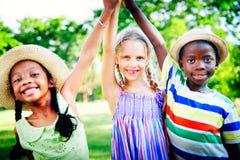 Εύθυμη έννοια φιλίας παιδικής ηλικίας παιδιών ποικιλομορφίας στοκ φωτογραφία με δικαίωμα ελεύθερης χρήσης