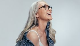 Εύθυμη ανώτερη γυναίκα που εξετάζει το διάστημα αντιγράφων στοκ φωτογραφίες με δικαίωμα ελεύθερης χρήσης