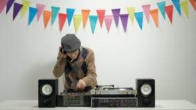 Εύθυμη ανώτερη παίζοντας μουσική και gesturing ευτυχία απόθεμα βίντεο