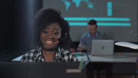 Εύθυμη αφρικανική γυναίκα στο τηλεφωνικό κέντρο απόθεμα βίντεο