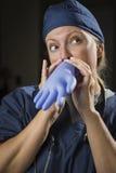 Εύθυμη γιατρός ή νοσοκόμα που διογκώνει το χειρουργικό γάντι Στοκ φωτογραφίες με δικαίωμα ελεύθερης χρήσης