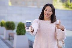 Εύθυμη γυναίκα διασκέδασης που απολαμβάνει χρησιμοποιώντας νέο app Στοκ εικόνες με δικαίωμα ελεύθερης χρήσης