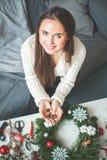 Εύθυμη γυναίκα με τις διακοσμήσεις και τη γιρλάντα Χριστουγέννων στοκ εικόνα με δικαίωμα ελεύθερης χρήσης
