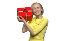 Εύθυμη γυναίκα με το κιβώτιο δώρων στο άσπρο υπόβαθρο φιλμ μικρού μήκους