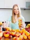 Εύθυμη γυναίκα με το ποτό φρούτων Στοκ Φωτογραφία