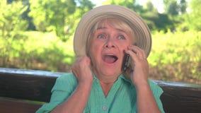 Εύθυμη γυναίκα με το τηλέφωνο κυττάρων απόθεμα βίντεο
