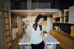 Εύθυμη γυναίκα που ακούει τη μουσική με τα μεγάλα ακουστικά και το τραγούδι Μουσικοθεραπεία, ευεργετική πρακτική διάθεσης υγεία δ στοκ φωτογραφίες με δικαίωμα ελεύθερης χρήσης