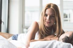 Εύθυμη γυναίκα που απολαμβάνει την ώρα για ύπνο με τον άνδρα Στοκ Εικόνα