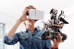 Εύθυμη γυναίκα που απολαμβάνει την εικονική πραγματικότητα στο εσωτερικό Στοκ Φωτογραφίες