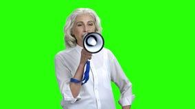 Εύθυμη γυναίκα που μιλά megaphone στην πράσινη οθόνη απόθεμα βίντεο