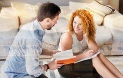 Εύθυμη γυναίκα που χαμογελά στο σύζυγό της εργαζόμενη στο σπίτι στοκ φωτογραφία με δικαίωμα ελεύθερης χρήσης