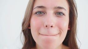 Εύθυμη γυναίκα που χρησιμοποιεί το χειλικό βάλσαμο στα χείλια της απόθεμα βίντεο