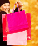 Εύθυμη γυναίκα στην πώληση καταστημάτων Στοκ φωτογραφία με δικαίωμα ελεύθερης χρήσης