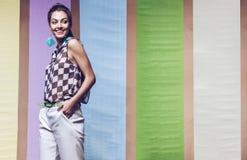 Εύθυμη γυναίκα στο πουκάμισο σκακιού, τα σορτς και τα σκουλαρίκια aqua Στοκ Εικόνες