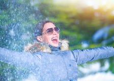 Εύθυμη γυναίκα στο χειμερινό πάρκο Στοκ Φωτογραφία