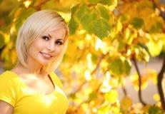 Εύθυμη γυναίκα φθινοπώρου Ξανθό κορίτσι και κίτρινα φύλλα Πορτρέτο Στοκ φωτογραφίες με δικαίωμα ελεύθερης χρήσης