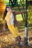 Εύθυμη γυναίκα φθινοπώρου Στοκ φωτογραφία με δικαίωμα ελεύθερης χρήσης