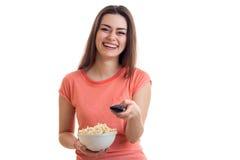 Εύθυμη γυναίκα brunette που προσέχει τη TV με pop-corn Στοκ φωτογραφία με δικαίωμα ελεύθερης χρήσης