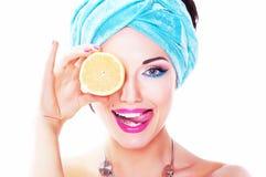 Εύθυμη γυναίκα - juicy εύγευστο λεμόνι (πορτοκάλι) στοκ εικόνες