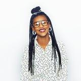 Εύθυμη ελκυστική μαύρη γυναίκα στα γυαλιά που εξετάζει τη κάμερα Στοκ φωτογραφίες με δικαίωμα ελεύθερης χρήσης