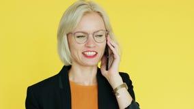 Εύθυμη επιχειρηματίας που έχει τη συνομιλία smartphone απόθεμα βίντεο