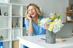 Εύθυμη επιχειρηματίας που μιλά στο smartphone Στοκ Εικόνα