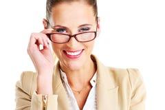 Εύθυμη επιχειρηματίας που φορά τα γυαλιά Στοκ φωτογραφία με δικαίωμα ελεύθερης χρήσης