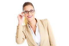 Εύθυμη επιχειρηματίας που φορά τα γυαλιά Στοκ εικόνα με δικαίωμα ελεύθερης χρήσης