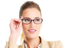 Εύθυμη επιχειρηματίας που φορά τα γυαλιά Στοκ Φωτογραφίες