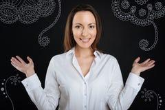 Εύθυμη επιχειρηματίας που χαμογελά και που αισθάνεται ευτυχής στοκ εικόνες