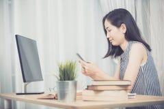 Εύθυμη επιχειρησιακή κυρία που εργάζεται στο lap-top comouter στο σπίτι Στοκ Εικόνες