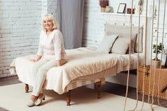 Εύθυμη ηλικίας συνεδρίαση γυναικών στο κρεβάτι στοκ φωτογραφία με δικαίωμα ελεύθερης χρήσης